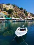 Vista della città e della barca immagine stock