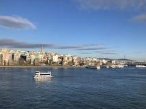Vista della città e del mare con il motoscafo a Costantinopoli Turchia immagine stock