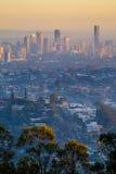 Vista della città e della periferia di Brisbane dal Mt Gravatt all'alba immagini stock
