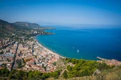 Vista della città e della spiaggia di Cefalu Immagini Stock