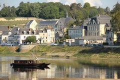 Vista della città e fiume Vienne Chinon france Immagine Stock Libera da Diritti