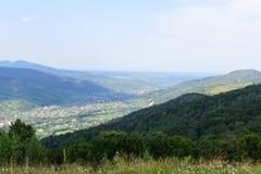 Vista della città e della foresta da un'alta montagna Fotografie Stock Libere da Diritti