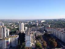 Vista della città fuori dalla cima di una costruzione Immagini Stock
