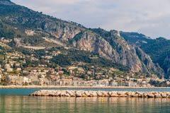 Vista della città ligura di Menton e delle alpi dal mar Mediterraneo Fotografie Stock Libere da Diritti