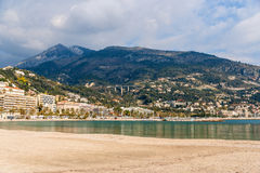 Vista della città ligura di Menton e delle alpi dal mar Mediterraneo Fotografia Stock Libera da Diritti