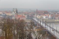 Vista della città lituana di Kaunas un giorno nebbioso fotografia stock