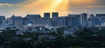 Vista della città nell'ambito di indicatore luminoso colorato fotografia stock libera da diritti