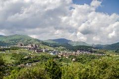 Vista della città nelle colline pedemontana Immagine Stock