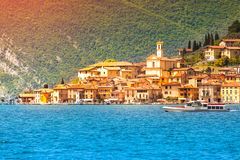 Vista della città Peschiera Maraglio, un giorno soleggiato luminoso Fotografie Stock