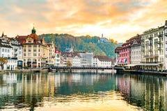 Vista della città storica di Lucerna nella sera Immagini Stock