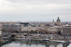 Vista della città sui precedenti del cielo grigio Budapest Ungheria immagine stock