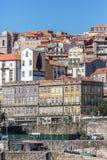 Vista della città tradizionale con le costruzioni colorate di architettura, Ribeira su Oporto fotografie stock