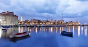 Vista della città del lungonmare di Bari dal porticciolo Esposizione lunga alla sera Fotografie Stock Libere da Diritti