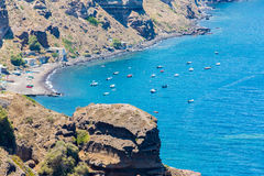 Vista della città di Fira - isola di Santorini, Creta, Grecia. Scale di calcestruzzo bianche che conducono giù alla bella baia Fotografia Stock