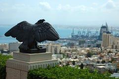 Vista della città di Haifa e della statua dell'aquila, Israele Immagine Stock Libera da Diritti