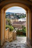 Vista della città di Melk attraverso il archway Fotografia Stock