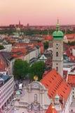 Vista della città a Monaco di Baviera, chiesa di Heiliggeist Immagini Stock
