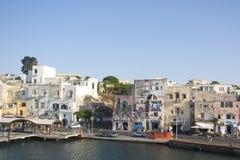 Vista della cittadina del ofl del porticciolo sull'isola Italia Fotografia Stock Libera da Diritti