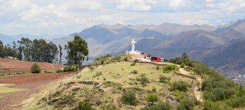 Vista della collina di Cristo Blanco da Saqsaywaman Pukamuqu Cusco peru Immagine Stock