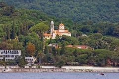 Vista della costa della baia di Cattaro e di Savina Monastery montenegro fotografie stock libere da diritti