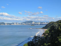 Vista della costa, con la città nei precedenti e la foresta nella priorità alta Fotografie Stock
