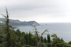 Vista della costa con le montagne nelle circostanze nuvolose fotografie stock