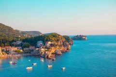 Vista della costa con Sveti Stefan Fotografie Stock Libere da Diritti