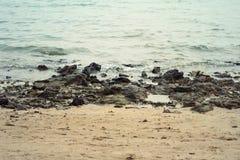 Vista della costa della roccia sulla spiaggia Fotografia Stock Libera da Diritti