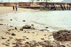 Vista della costa della roccia sulla spiaggia Fotografie Stock