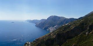Vista della costa di Amalfi dal percorso dei vicino a Positano,  immagine stock