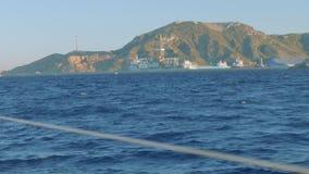 Vista della costa di Cartagine e della torre di olio di galleggiamento vicino  archivi video