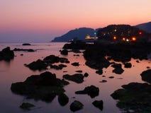 Vista della costa rocciosa durante il tramonto immagini stock libere da diritti