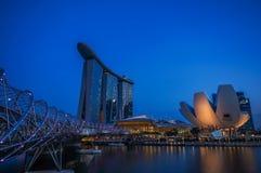Vista della costruzione del loto e di Marina Bay Sands durante il tempo crepuscolare Fotografia Stock