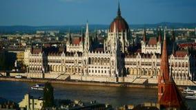 Vista della costruzione del Parlamento e del Danubio, Budapest, Ungheria archivi video