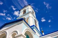 Vista della costruzione di vecchia chiesa della natività di vergine Maria benedetto dello XVIII secolo nel villaggio di Ivanovsko fotografie stock libere da diritti