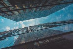 Vista della costruzione e del cielo del grattacielo Immagini Stock