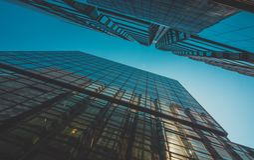 Vista della costruzione e del cielo del grattacielo Fotografie Stock