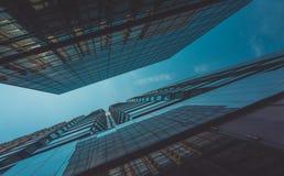 Vista della costruzione e del cielo del grattacielo Fotografia Stock