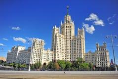 Vista della costruzione nello stile architettonico dell'impero di Stalin, Mosco Fotografia Stock