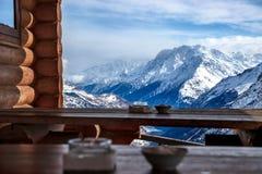 vista della cresta caucasica principale Tavole di legno Defocused del caffè della montagna nella priorità alta fotografie stock libere da diritti