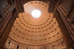 Vista della cupola dall'entrata al panteon Fotografia Stock