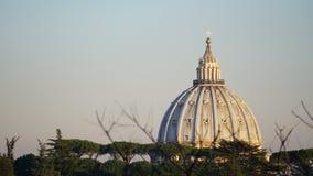 Vista della cupola di St Peter da una collina fotografia stock