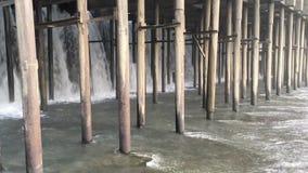 Vista della diga del fiume di estate video d archivio