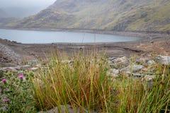 Vista della diga dell'acqua e del bacino idrico Seathwaite il Tarn in valle di Duddon immagini stock