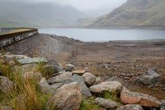 Vista della diga dell'acqua e del bacino idrico Seathwaite il Tarn in valle di Duddon fotografie stock libere da diritti