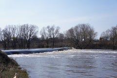 Vista della diga durante l'inondazione nella città provinciale di Zarajsk, regione di Mosca Fotografia Stock Libera da Diritti
