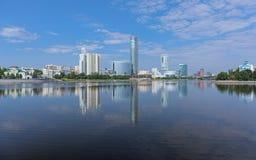 Vista della Ekaterinburg-città dallo stagno della città, Russia Fotografie Stock Libere da Diritti