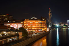 Vista della fabbrica che sviluppano ottobre rosso e del monumento a Peter la grande notte di settembre Mosca, Russia Fotografie Stock
