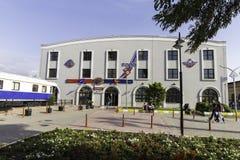 Vista della facciata della stazione ferroviaria di IZBAN Alsancak a Smirne Fotografia Stock