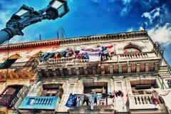 Vista della facciata edificio di Avana da sotto Fotografie Stock Libere da Diritti